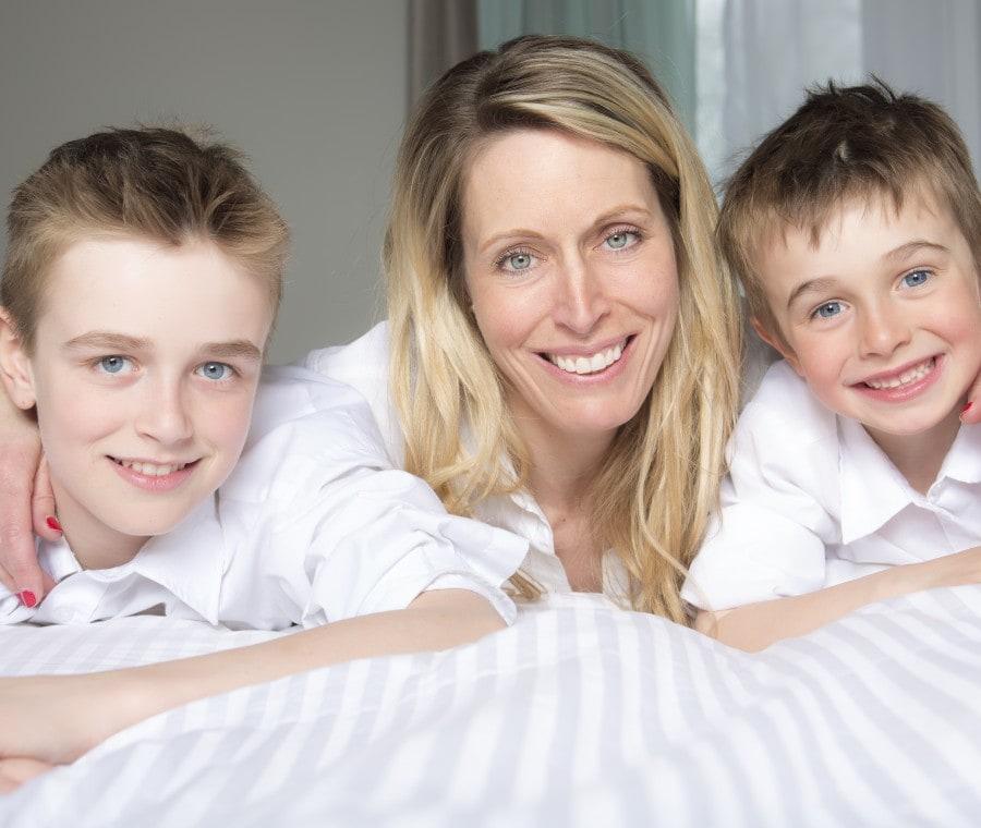 mamma-con-due-figli-in-casa
