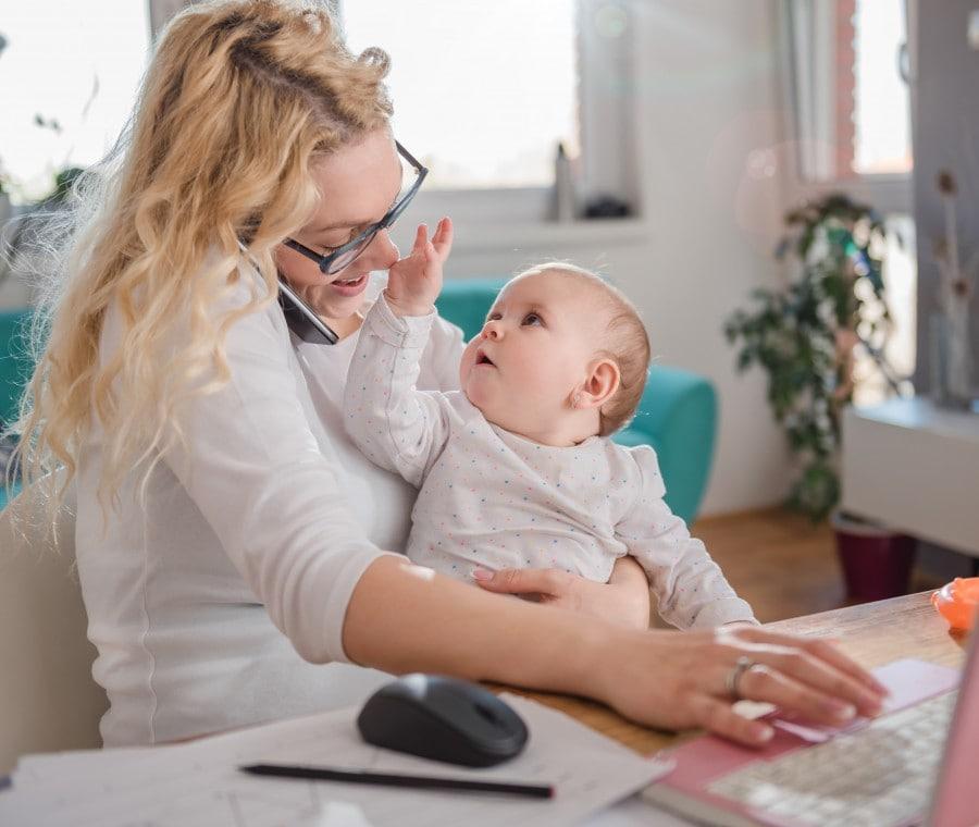 mamma-che-lavora-a-casa-con-bambino