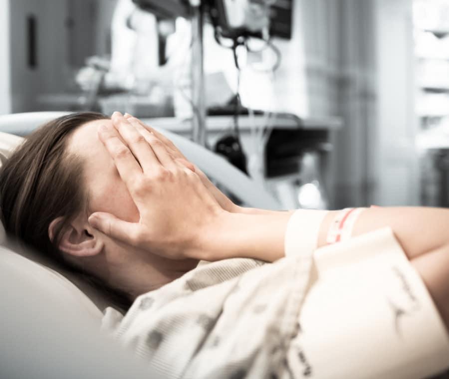 tristezza-donna-ospedale