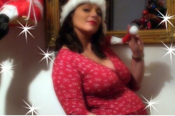 Mamma Natale sotto l'albero.