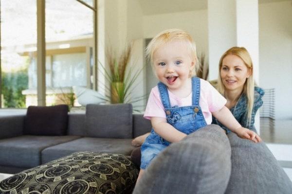mamma-giovane-divano.180x120