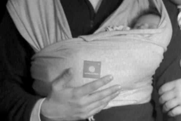 Come portare il bebè nel marsupio