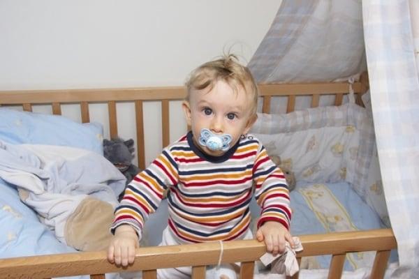 Il bebè deve dormire nel lettone o nella culla? Le opinioni dei papà e delle mamme