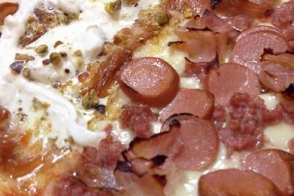 Pizza speciale con pistacchi, mortadella e grana