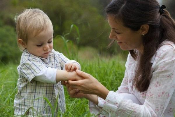 Mamma felice di un bimbo con emofilia