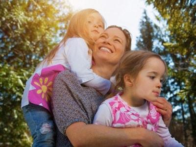 mamma-figlie-abbraccio.400.180x120