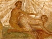 Giovane mamma single con le sue mani perfette lava i piatti ed alla fine si ricopre le tette di schiuma - 4 8
