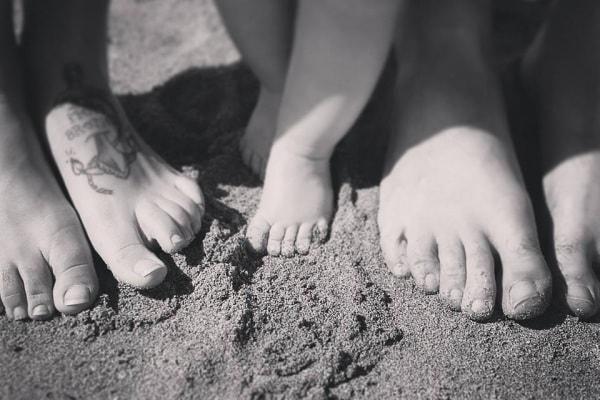 Tenere foto di piedini di bambini