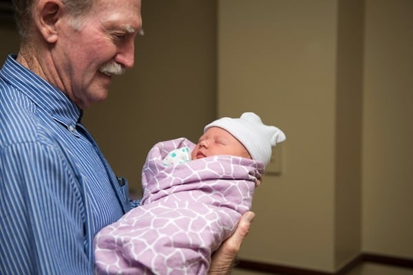 Neonata con il nonno