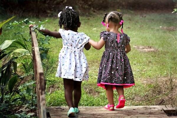 I bambini non conoscono differenze di alcun tipo. Per loro tutti, grandi e piccini, sono uguali