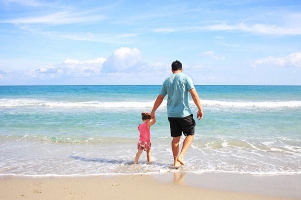Mamma a casa (io) e papà al lavoro: è la società che ce lo impone