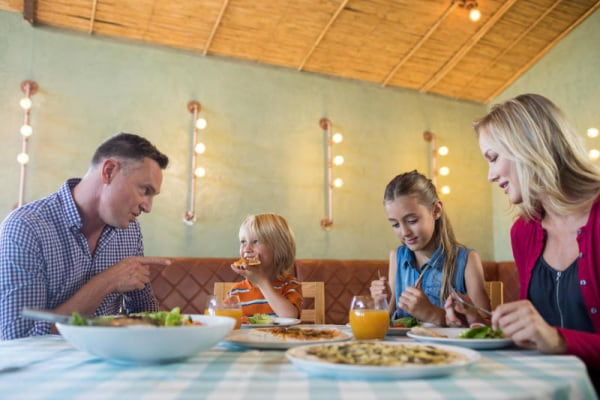 È giusto intrattenere con i cartoni animati i bambini al ristorante? Le riflessioni di una mamma