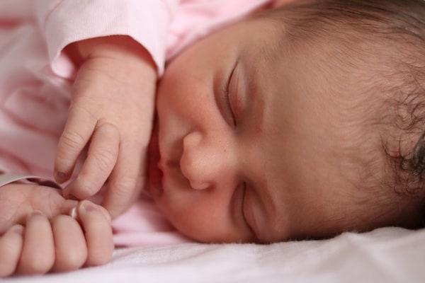 La piccola Giulia, nata sul divano di casa