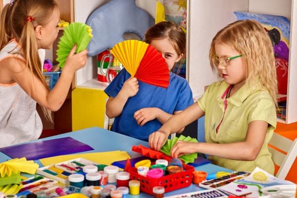 Lavoretto per bambini: ventagli con piatti di carta